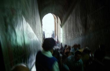 Pilger betreten die heilige Treppe des Scala Santa