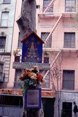 New York  USA  12.04.1996 -- Selbstgebastelter Altar mit Blumen