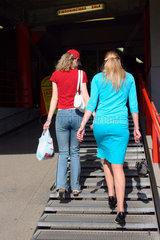 Zwei Frauen beim shopping in Riga