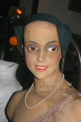 Schaufensterpuppe mit Perlenkette