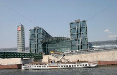 Boot vor dem Berliner Hauptbahnhof