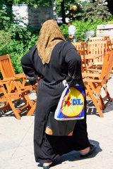 Tuerkische Frau mit eine LIDL Einkaufstuete