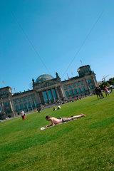 Sonnenbad vor dem Reichstag