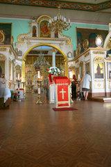 Lettland/Latvia/Riga. eine Frau beim Beten in eine orthodoxe Kirche in Riga