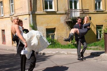 Vilnius. Hochzeitspaar vor eine Bruecke
