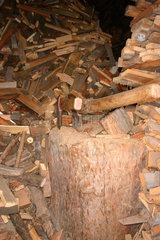 Holzmachen in einem Suedtiroler Bauernhof