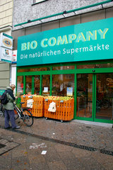 Berlin - eine Frau am Eingang ein Bio Markt