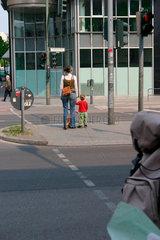 Mutter und Kind an eine Ampel
