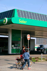 BP Tankstelle mit eine Photovoltaikanlage auf dem Dach