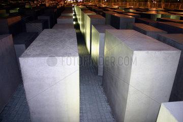 Berlin - Nacht zwischen die Stelen des Holocaust Mahnmal. night in the Holocaust