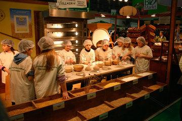 Schulkinder backen Brot bei der Gruene Woche