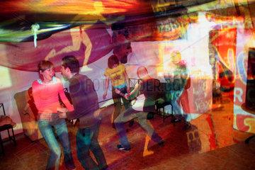 Litauen Vilnius. Menschen beim Tanzen im Star Underground.