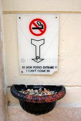Italy. Rome. Rauchverbotschild am Eingang ein Restaurant