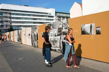 Berlin - Infotafeln ueber die Geschichte der Berliner Mauer am Checkpoint Charlie