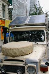 Berlin. Photovoltaikanlage auf dem Dach eine Landrover