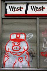 Berlin. Schwein Graffiti und West Werbung