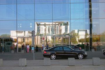 Reflexion der Bundeskanzleramt in die Glasfassade der Paul-Loebe-Haus
