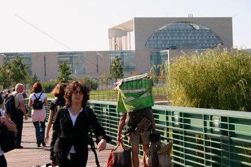 Berlin - ein Obdachloser auf der Gustav Heinemannn Bruecke vor dem Bundeskanzler
