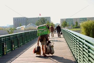 Berlin - ein Obdachloser vor dem Bundeskanzleramt
