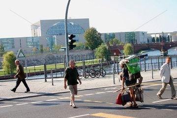 Berlin - ein Obdachloser an eine Ampel vor dem Bundeskanzleramt
