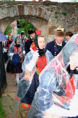 900 Jahre Willingshausen. Maedchen in Festtrachten bei der Schwaelmer Brautzug