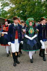 900 Jahre Willingshausen. Menschen in Trachten bei der Schwaelmer Brautzug