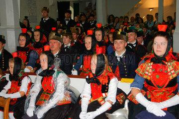 900 Jahre Willingshausen. Rotkaeppchen Maedchen bei der Schwaelmer Brautzug