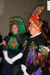 900 Jahre Willingshausen. Brautpaar in der Kirche bei der Schwaelmer Brautzug