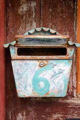 Briefkasten vor einem Fachwerkhaus