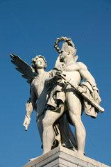 Berlin - Skulptur auf dem Schloss Bruecke