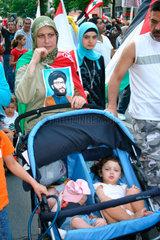 Familie auf eine Demo gegen den Krieg in Libanon