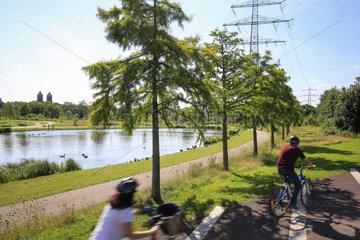 Essen  Ruhrgebiet  Deutschland  Krupp-Park  See  Radschnellweg Ruhr RS 1  staedtebauliches Projekt Krupp-Guertel