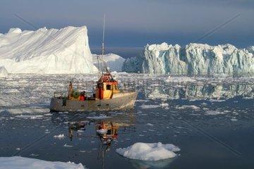 Typische Landschaft  Fischerboot vor Eisberg