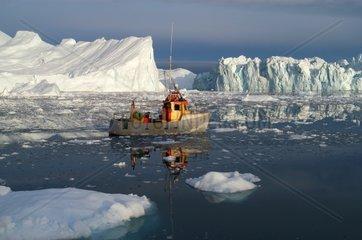 Fischerboot vor Eisberg