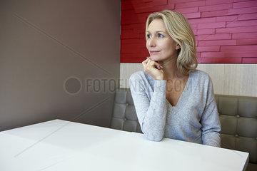 Woman sitting in cafÂŽ