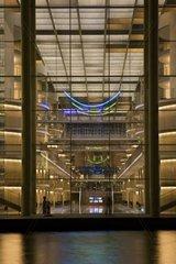 Glasfassade der Bibliothek des Bundestages in Berlin bei Nacht  Deutschland