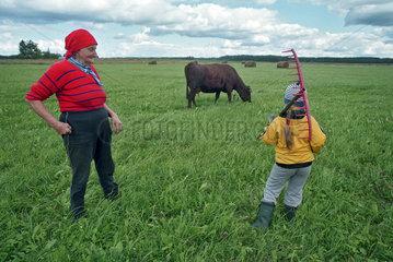 Baeuerin mit ihrer Enkelin auf der Weide  Estland