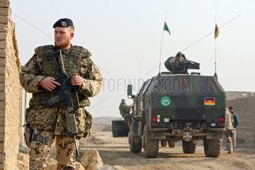 Mazar-e Sharif  Afghanistan  Bundeswehrsoldat der ISAF-Schutztruppe sichert das Gelaende