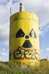 Grosses selbstgebautes Fass mit der Kennzeichnung fuer radioaktivem Inhalt