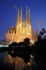 Die Sagrada Familia in Barcelona im Daemmerlicht