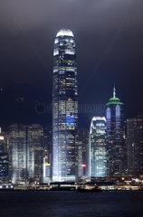 Blick von Kowloon auf die abendliche Laserlicht-Show an den Hochhaeusern des Central District von Hong Kong Island