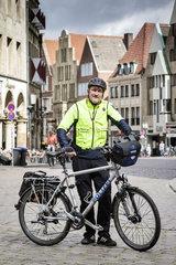 Radfahren in Muenster - Andreas Sommer  Polizist  mit seinem Dienst-Fahrrad