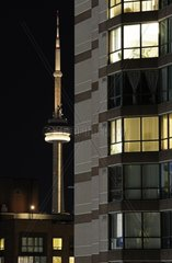 Downtown Toronto  Wohnhaus und im Hintergrund das Wahrzeichen Torontos  der 553m hohe CN Tower  Toronto  Kanada