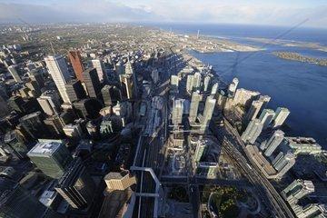 Toronto Ansicht von oben aus dem CN-Tower mit Blick auf den Bahnhof und den Lake Ontario  Toronto  Kanada