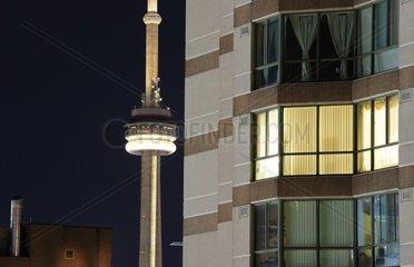 Downtown Toronto  Wohnhaus und im Hintergrund das Wahrzeichen von Toronto  der 553m hohe CN Tower  Toronto  Kanada