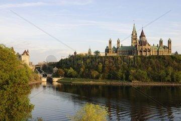Das Regierungsgebaeude auf dem Parlament Hill  daneben die Schleusen des Rideau Canal  Ottawa- Kanada