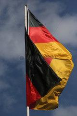 Hoppegarten  Deutschland  Nationalfahne von Deutschland hat sich um den Fahnenmast geschlungen