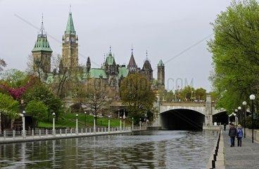Schlendern entlang des Rideau Canals  im Hintergrund das Regierungsgebaeude  Ottawa- Kanada