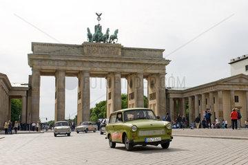 Berlin  Deutschland  Trabis des Autoverleihers Trabi-Safari fahren ueber den Pariser Platz