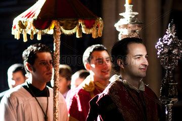 Sevilla  Spanien  Ministranten bei der Fronleichnamsprozession in der Capilla del Sagrario